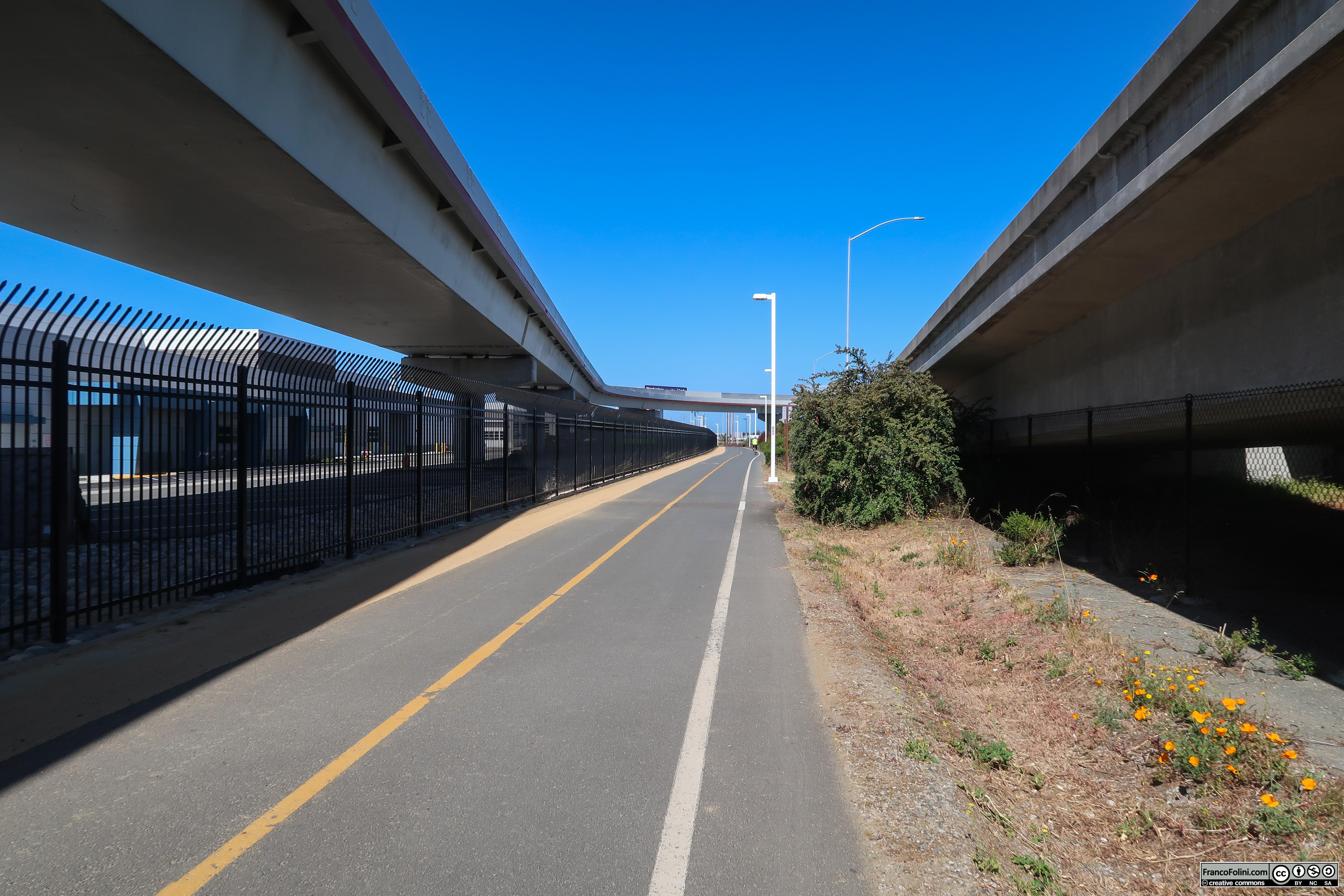 Il primo tratto della pista ciclo-pedonale scorre a fianco all'enorme svicolo autostradale di accesso al Bay Bridge
