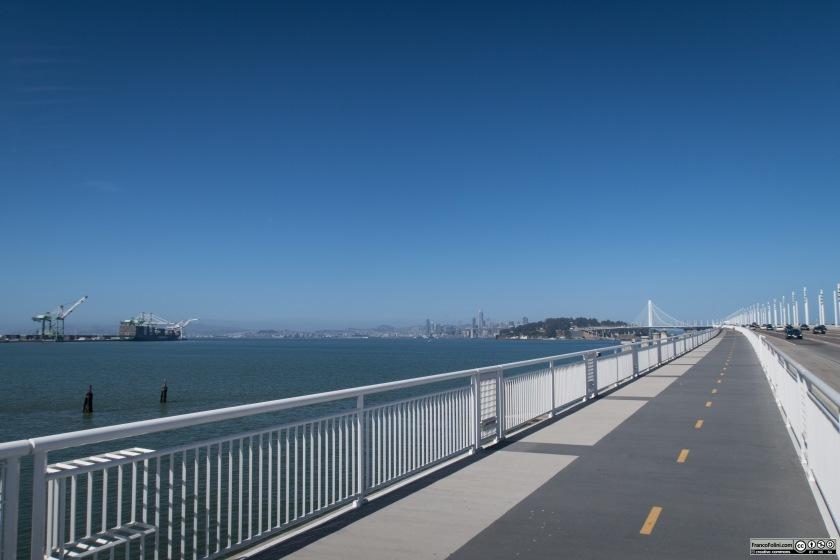 La pista ciclo-pedonale sale gradualmente verso il Bay-Bridge