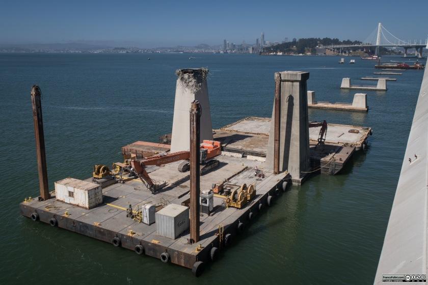 Dalla pista ciclo-pedonale si possono vedere i lavori di rimozione dei piloni del vecchio Bay-Bridge, ora completamente smatellato