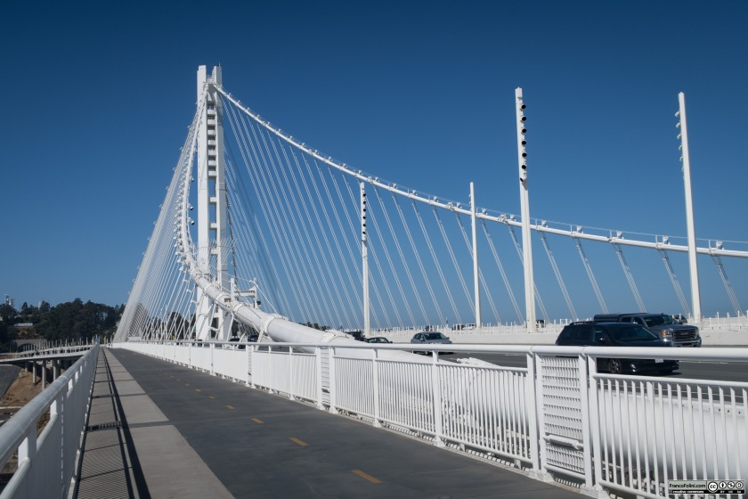 La pista ciclo-pedonale nel tratto del Bay Bridge sospeso mediante funi di acciaio