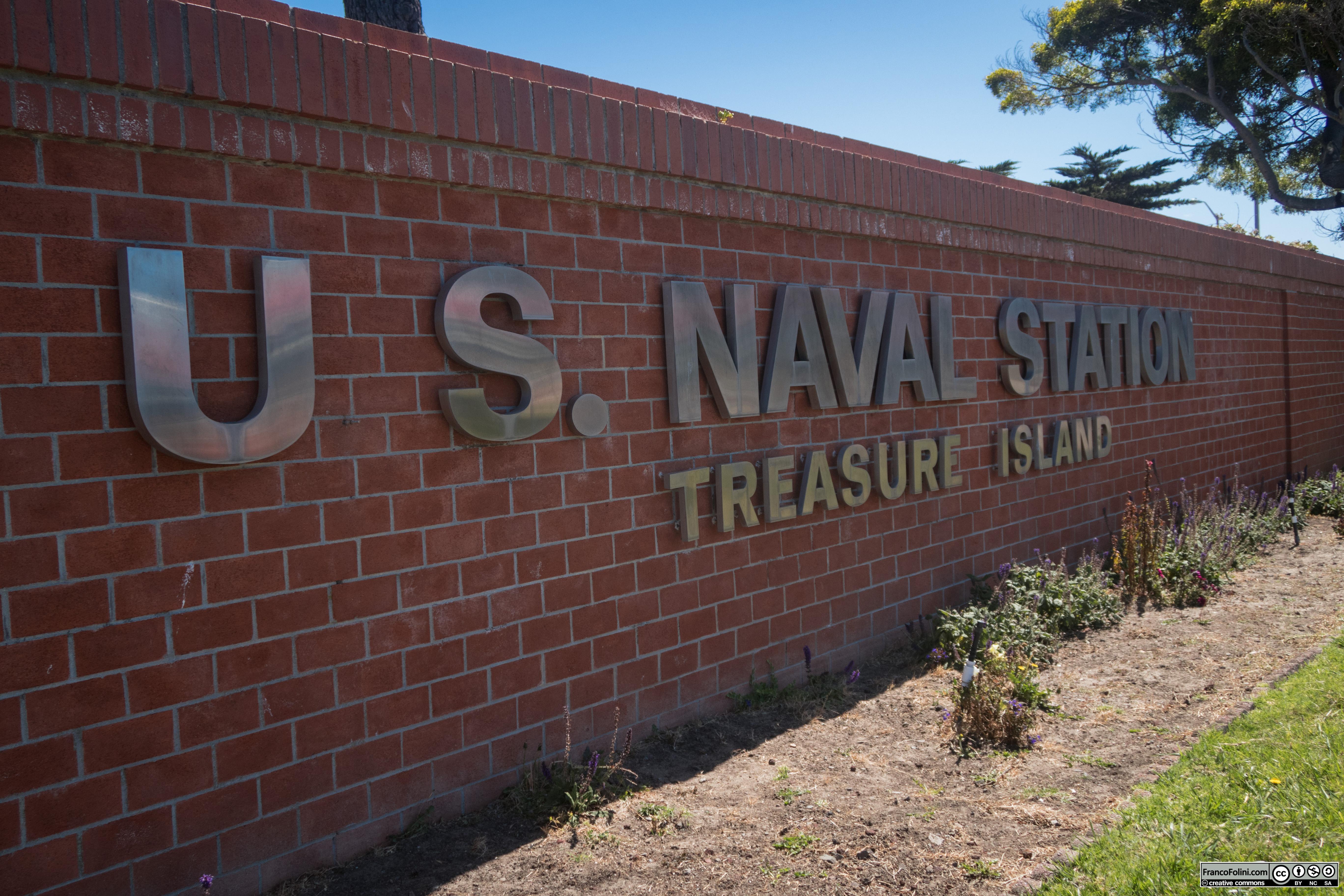 Treasure Island era un tempo interamente occupata da una base militare di cui ancora oggi rimangono importanti edifici e visibili tracce