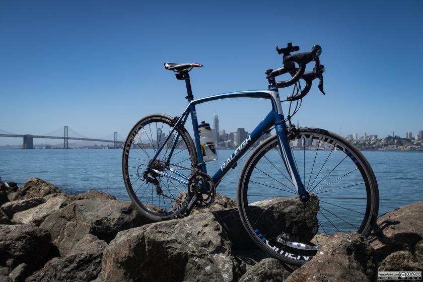 La skyline di San Francisco e il Bay Bridge visti da Treasure Island con in primo piano la mia bicicletta