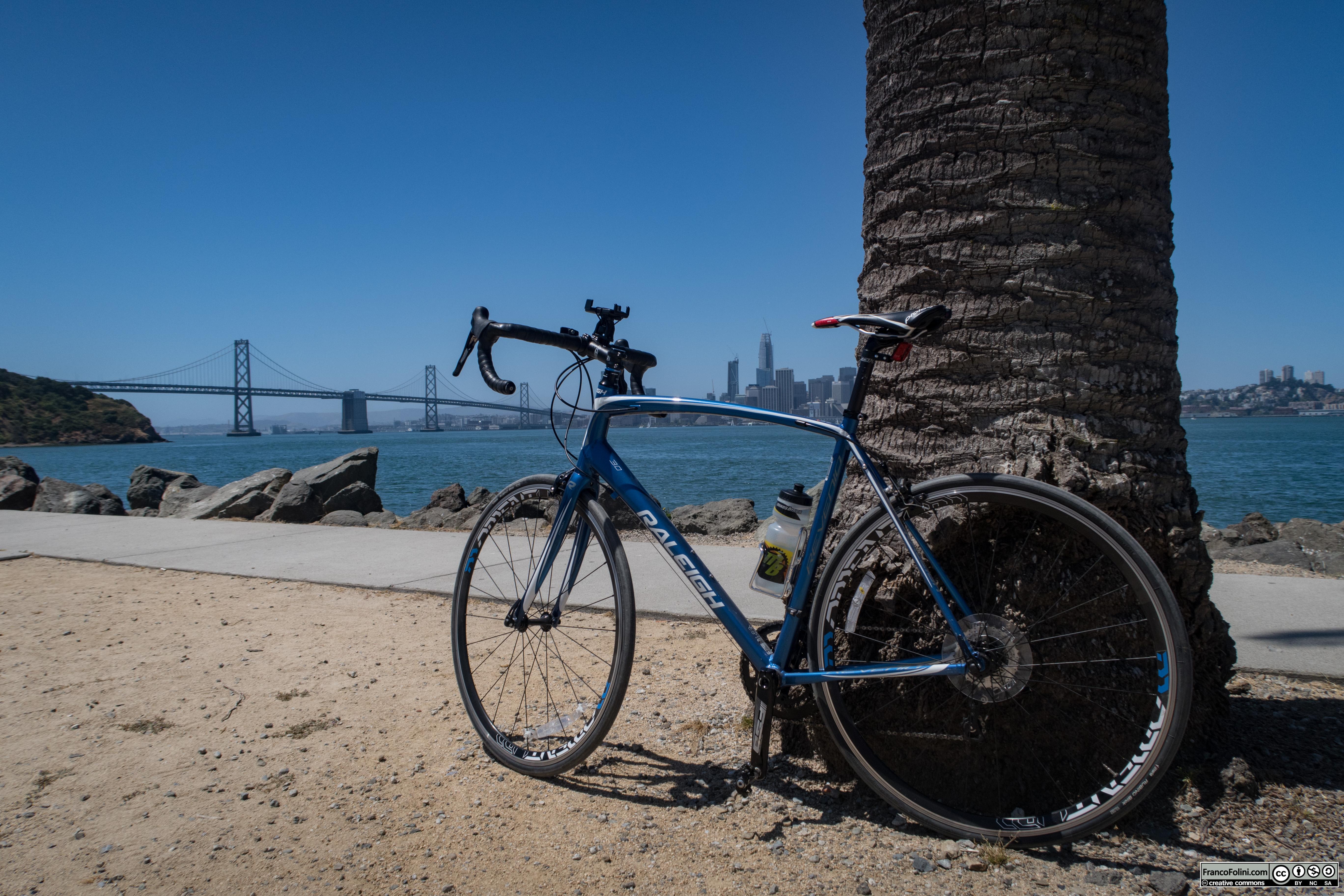 """Il tratto Treasure Island-San Francisco del Bay Bridge visto dal viale """"palmato"""" sul lato ovest dell'isola"""