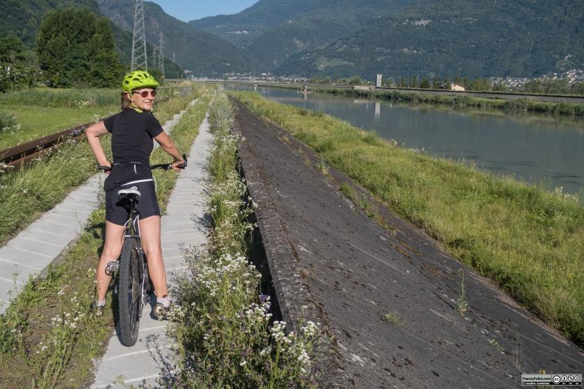Sentiero Valtellina: il percorso corre lungo l'argine dell'Adda all'altezza del piano della Selvetta