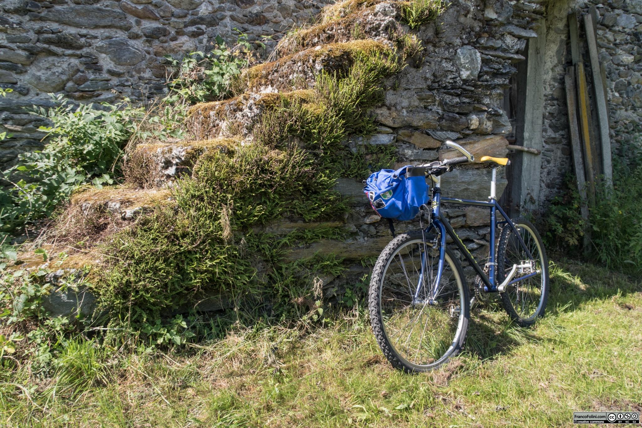 Sentiero Valtellina: una delle tante case rurali che si incontrano nel territorio del \comune di Castello dell'Acqua