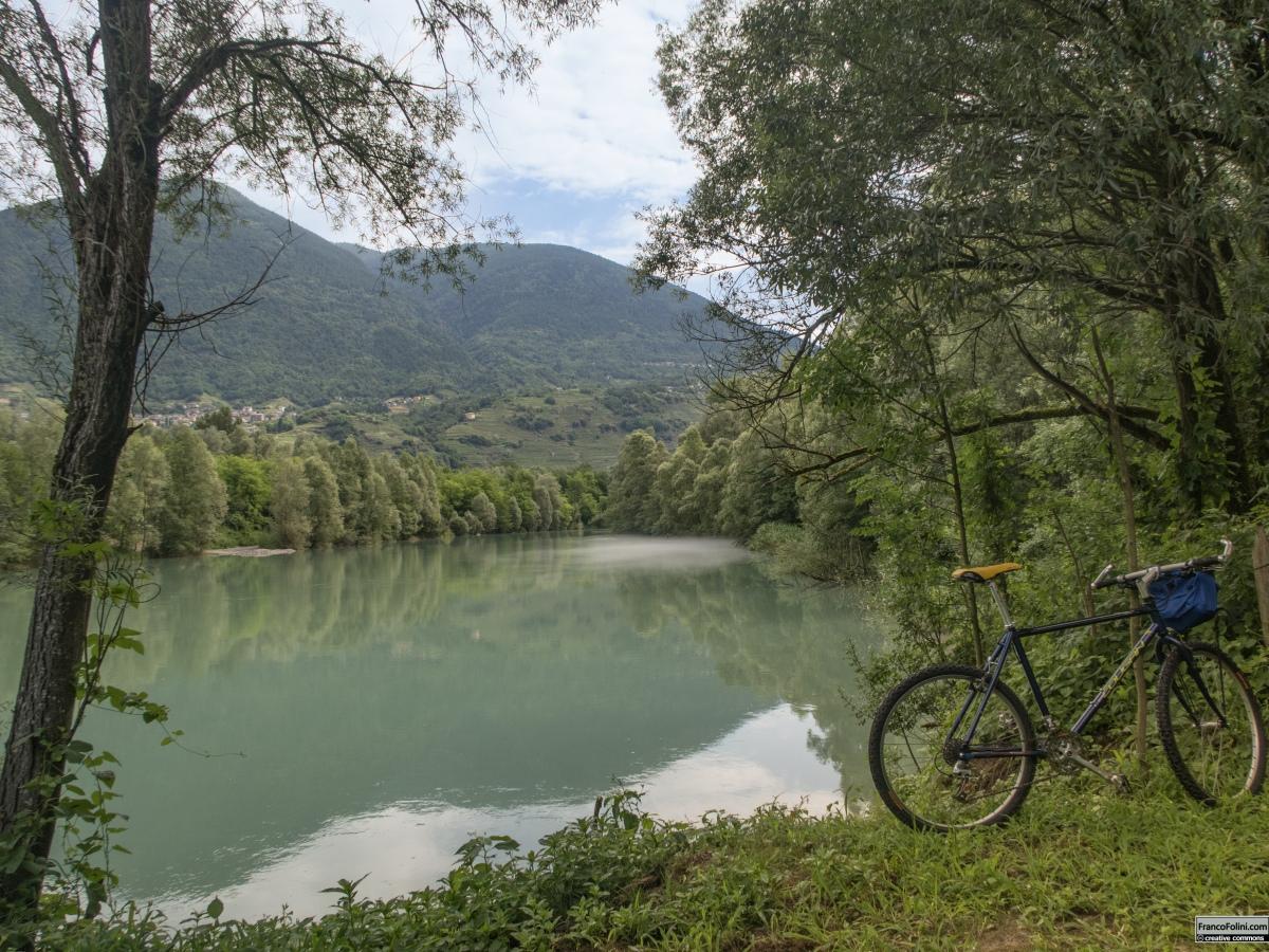 Sentiero Valtellina: il tratto della pista ciclo-pedonale tra Chiuro e San Giacomo di Teglio che corre lungo l'argine sinistro del fiume Adda.