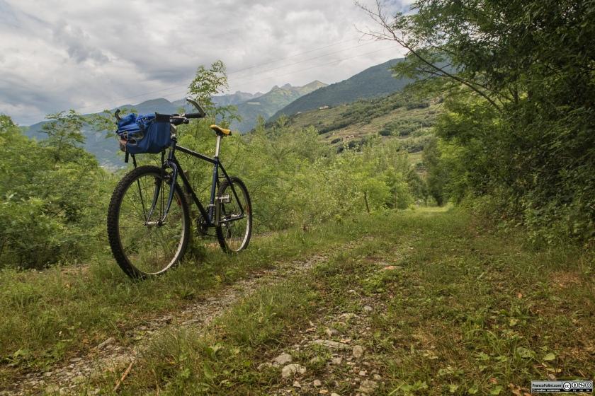 Sentiero Valtellina: un piccola escursione di poche centinaia di metri lungo l'argine del torrente malgina in località Piano di Castello Dell'Acqua.