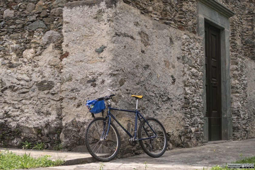 Una visita alla Chiesa di San Giovanni Battista richiede un breve deviazione sui sentieri che salgono verso l'abitato di Castello dell'Acqua