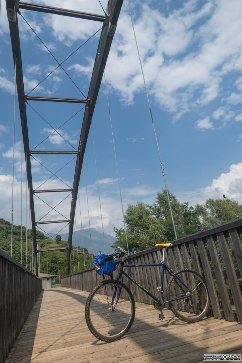 Sentiero Valtellina: passerella ciclo-pedonale sul fiume Adda a Tresenda.