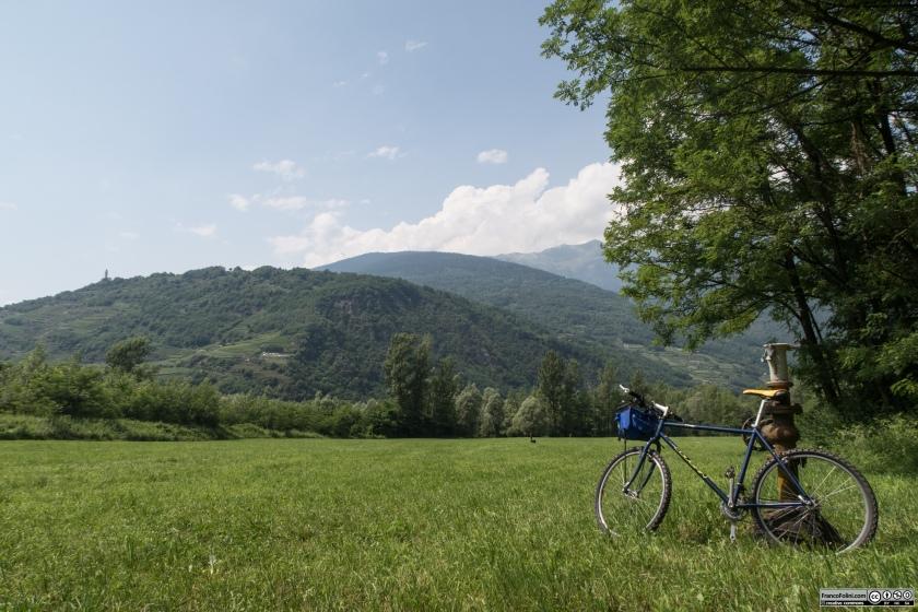 Sentiero Valtellina: prati  verdi all'altezza dell'abitato di calcarola tra Tresenda e Tirano.