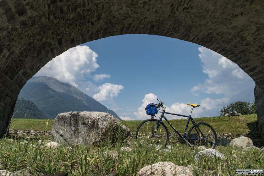 Sentiero Valtellina: ponte medioevale sul fiume Adda. Nel 1817, in seguito a una piena, il  fiume cambiò il proprio corso spostandosi più a ridosso del lato sud della valle.