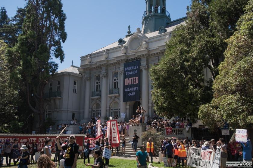 Proteste pacifiche davanti ad un palazzo dell'amministrazione cittadina di Berkeley