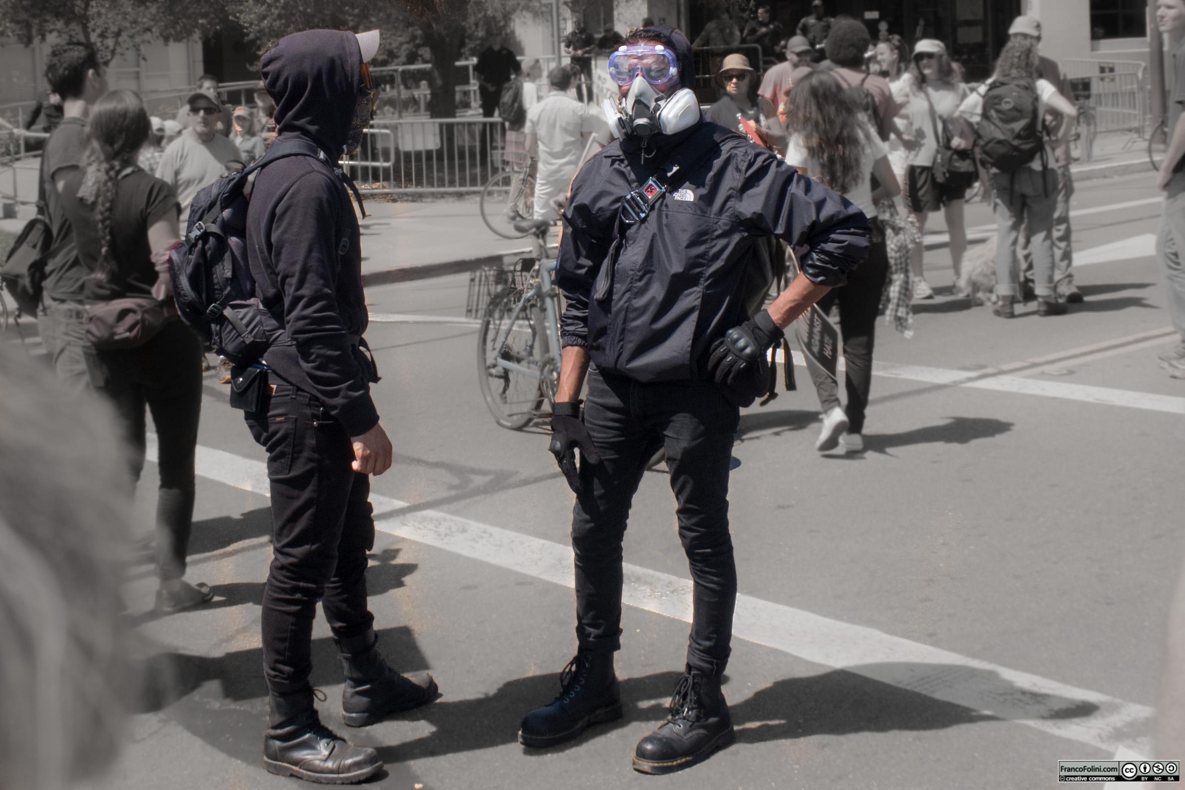Agitatiori Blacblock e Antifa in tenuta da sommossa