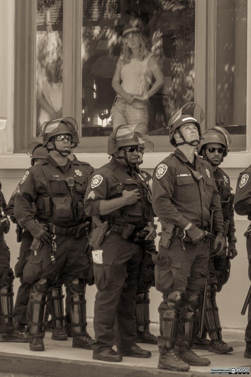 Poliziotti della città di Berkeley pronti ad intervenire.