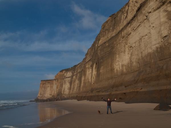 La spiaggia segreta con gli altissimi scogli verticali.