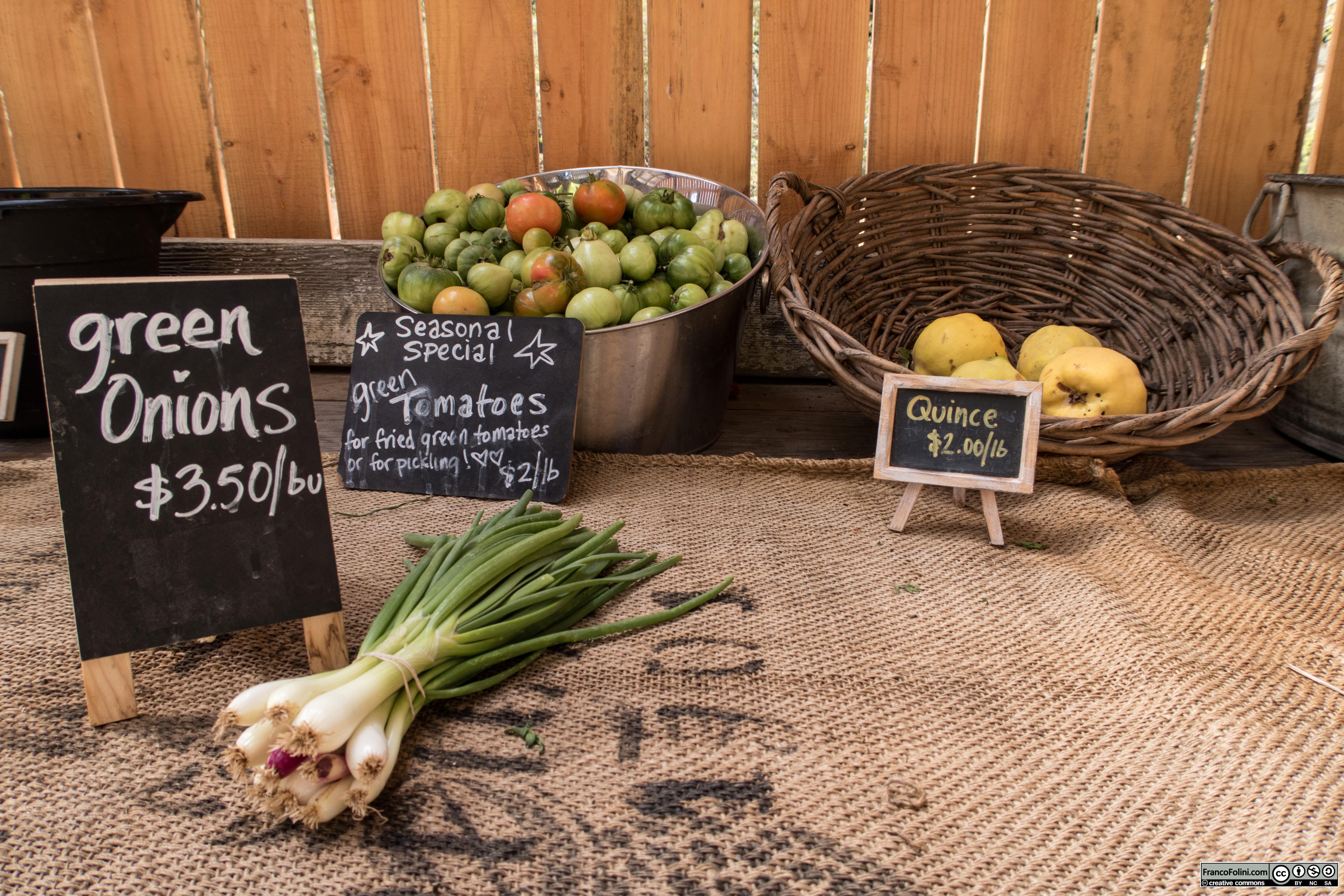 Pomodori e altre verdure in vendita nel farm-stand