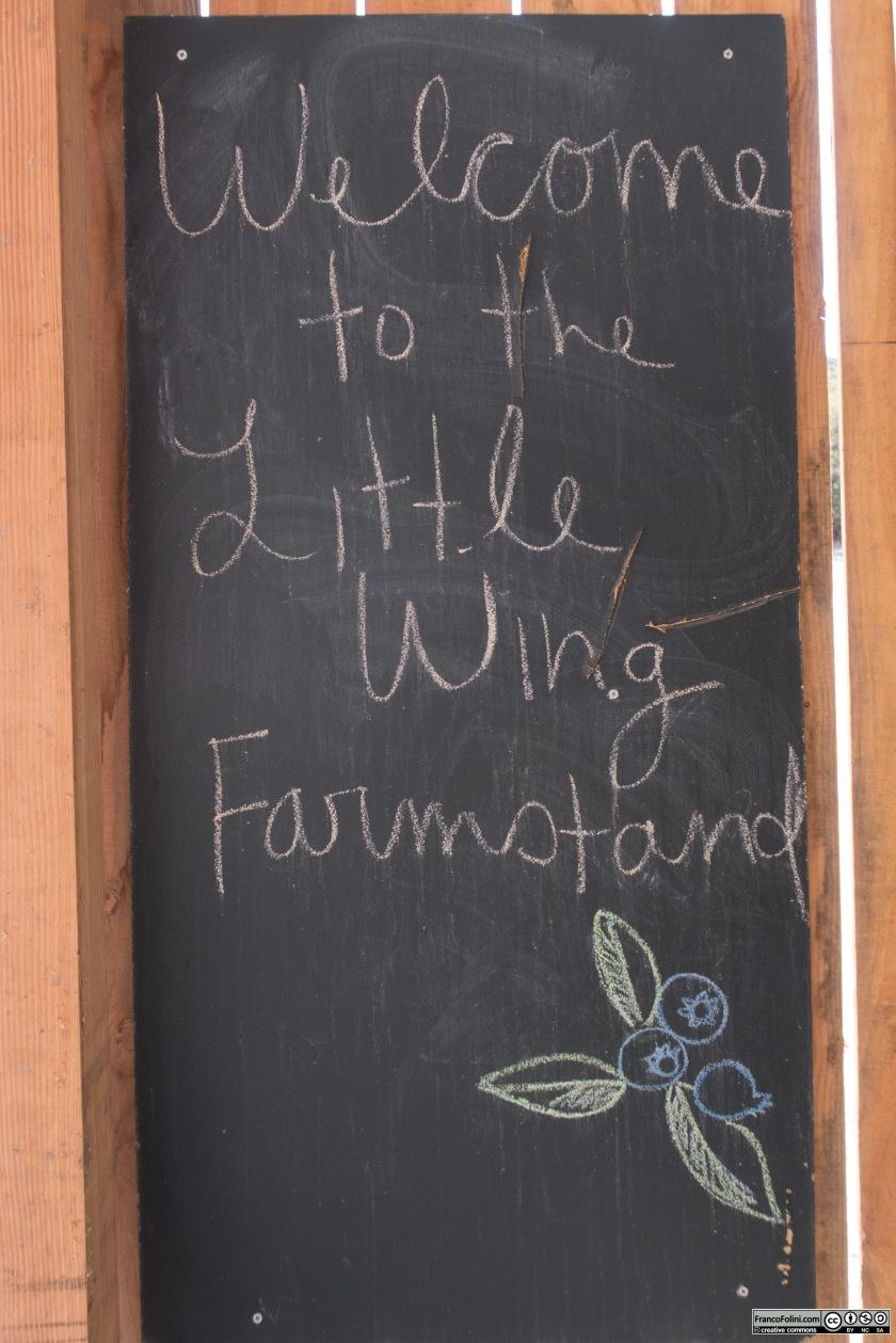 """Il cartello di benvenuto al """"Little Wing farm-stand"""""""