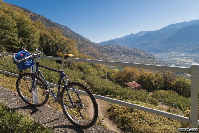 Salendo sul fianco della montagna si possono godere splendide viste sulla Valtellina e sui monti che la delimitano.
