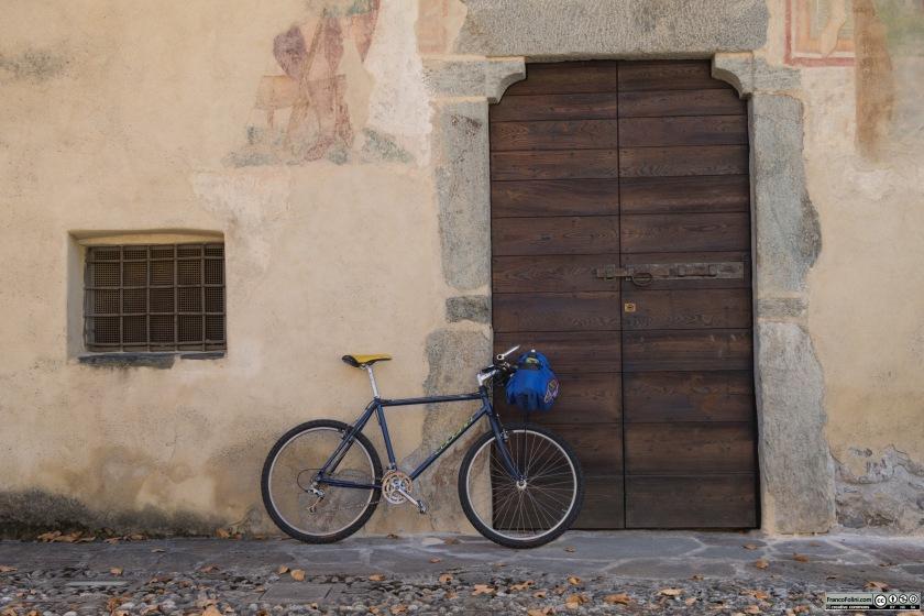 Il portone d'ingresso della chiesetta di San Rocco, all'ingresso della Valfontana