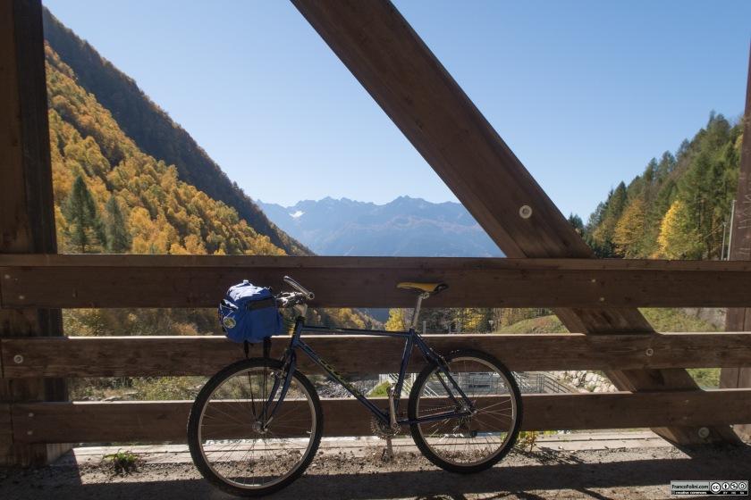 Il Ponte di Premelé sopra il torrente Valfontana segna l'inizio del paesaggio alpini. Da questo punto scompaiono i castagni ed iniziano invece larici e abeti.