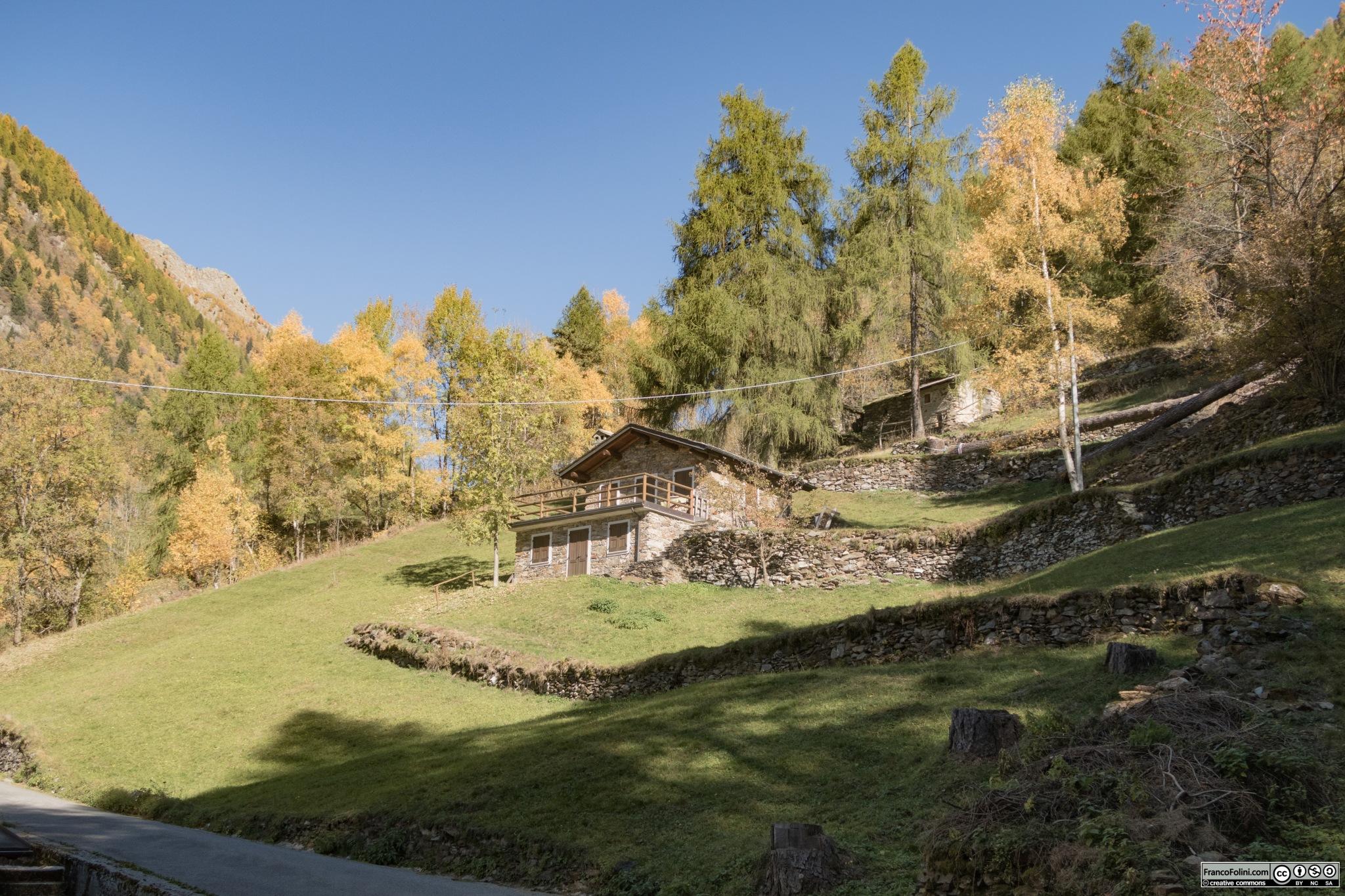 percorrendo la vallesi incontrano tante casette che sono state ricavate da antichi fienili e case dei pastori
