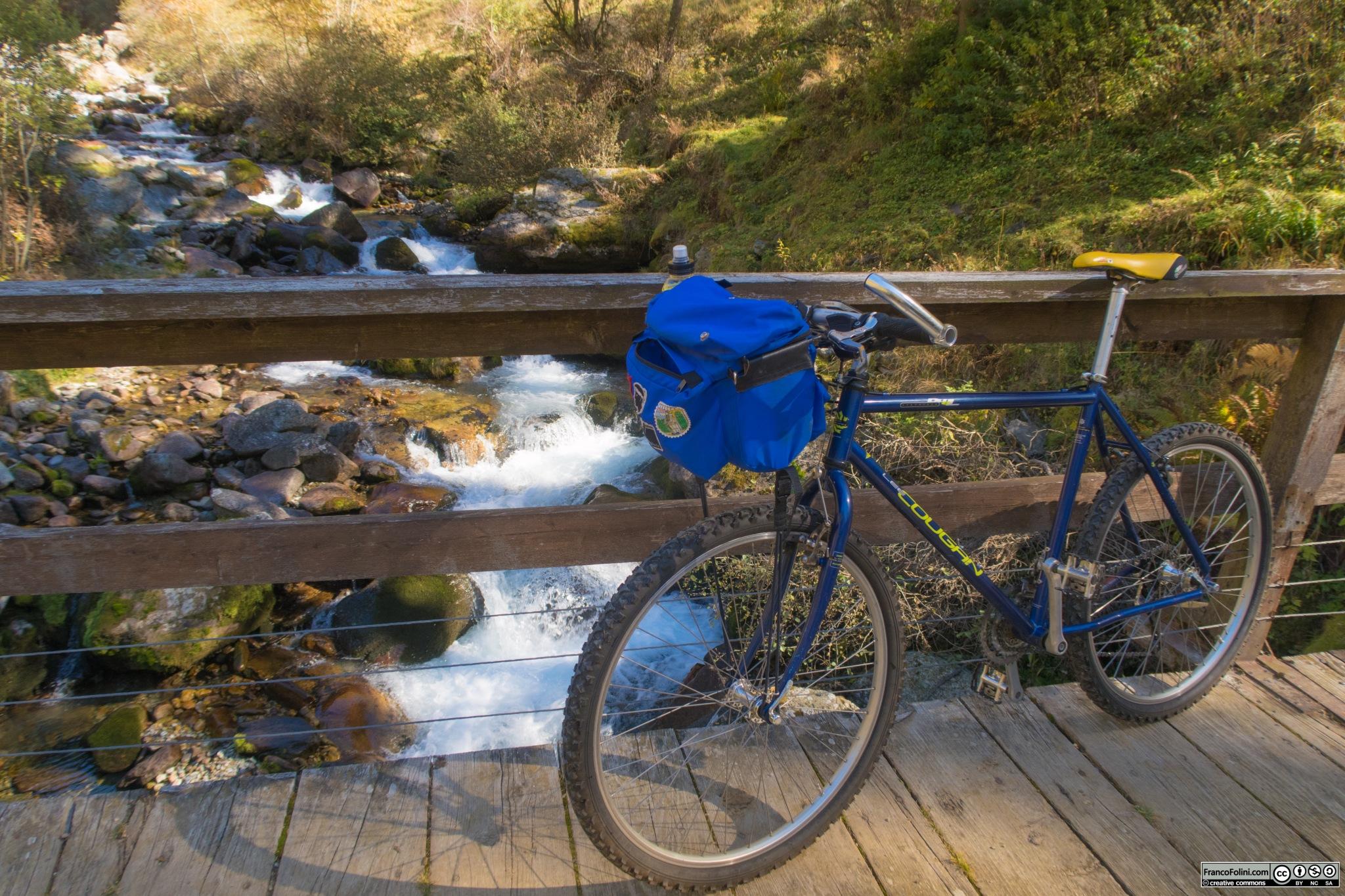 La mia bicicletta ferma per un breve sosta sul ponticello all'altezza della ex caserma della Guardia di Finanza