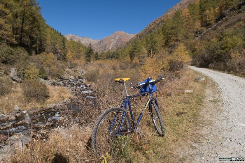 La strada, percorrendo il fondovalle, corre sempre non lontana dal torrente Valfontana