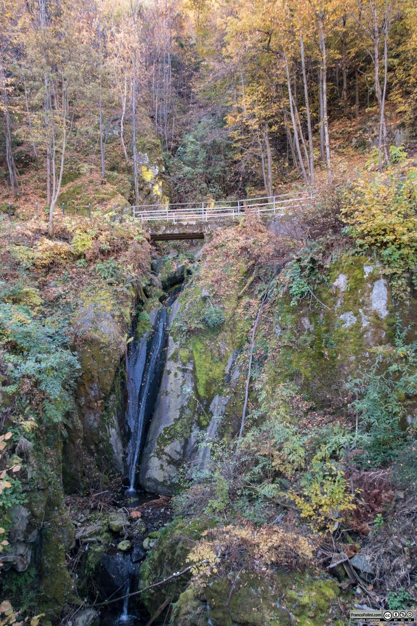 Piccola cascata lungo lastrada in corrispondenza della strada di accesso alla contrada Tripolo