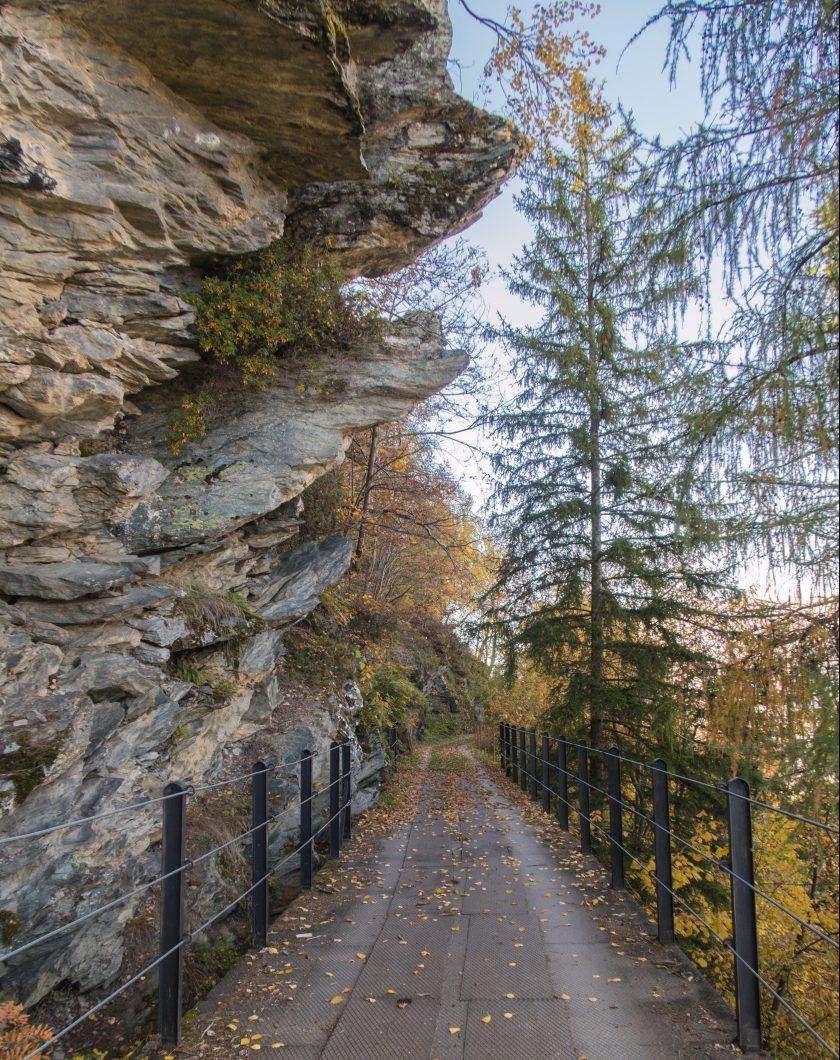 Altro passaggio suggestivo della decauville sotto una parete rocciosa.