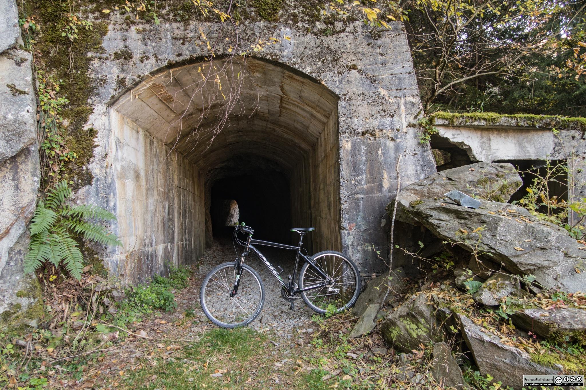 L'ingresso di una delle tante gallerie che si incontrano nel tratto della decauville tra il Gaggio e Vedello.