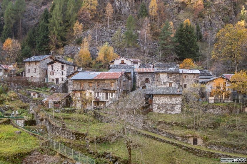 L'antico abitato di Vedello, posto sul fianco della montagna a fianco della centrale idroelettrica.
