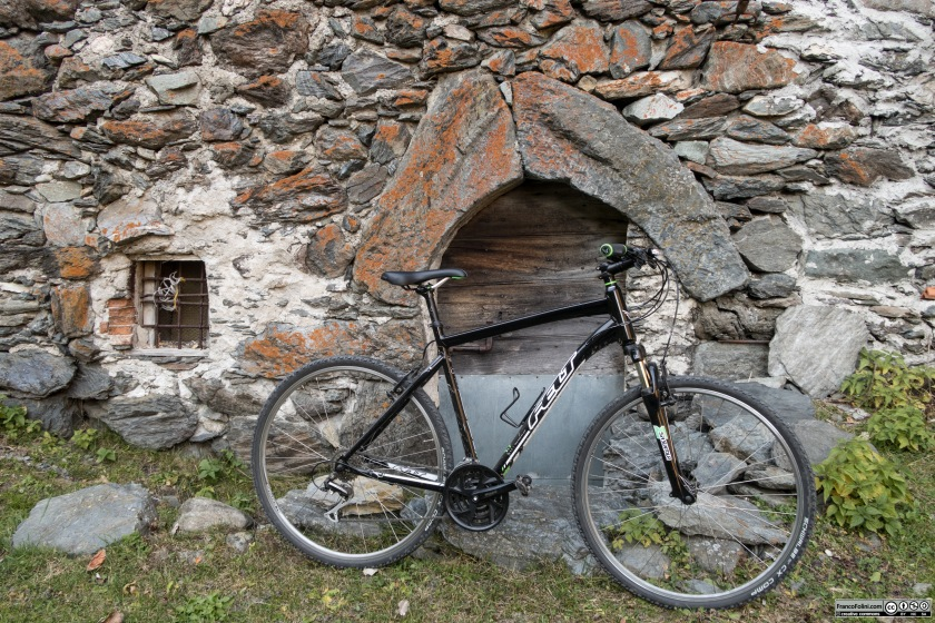 Nell'abitato di Ambria si può osservare questo particolare arco in sasso costruito con due monoliti.