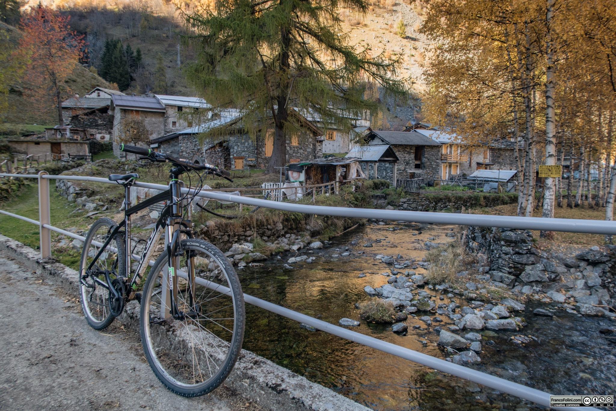L'abitato di Ambria visto dal ponticello sul torrente Zappello.
