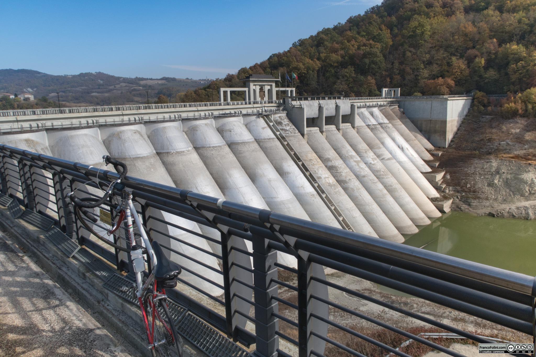 La diga di Molato che da' luogo al lago di Trebecco. La diga e' percorribile solo in alcune ore della giornata.