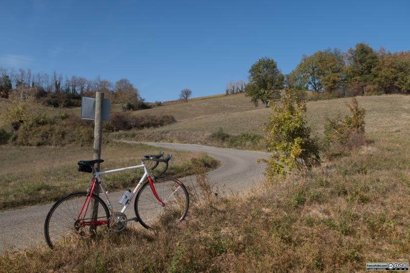 La strada provinciale 203 ci riporta dal lago di Trebecco verso Casteggio con una bella salita