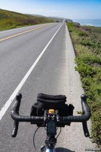 Foto scattata pedalando con l'intento di raccontare i piccoli ma continui saliscendi che caratterizzano questa strada costiera.