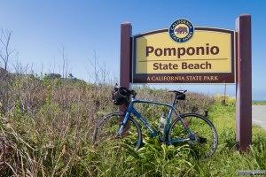 Immancabile foto di rito davanti al cartello della Pomponio State beach.
