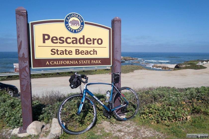 Il cartello che segnala la spiaggia di Pescadero, un piccolo villaggio che si trova pochi km all'interno.