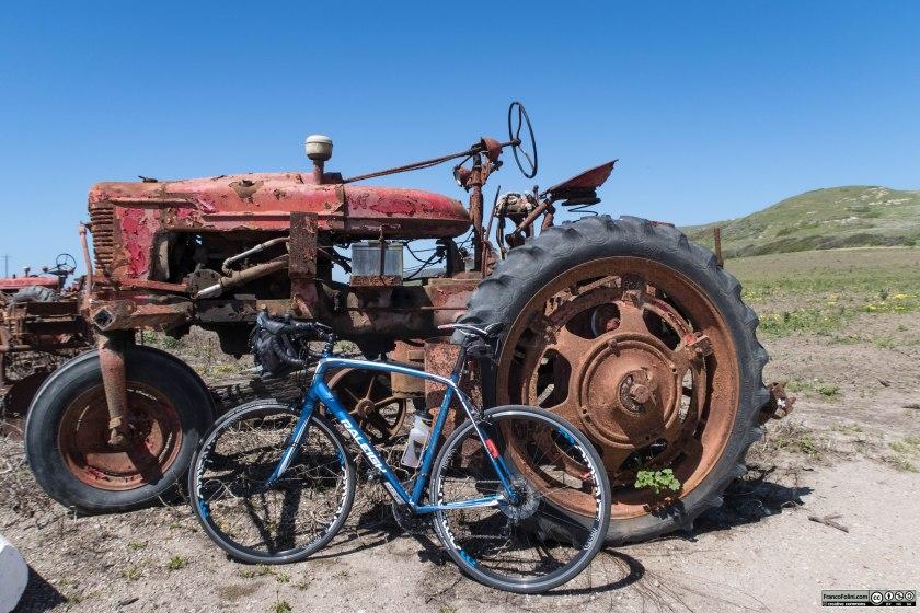 La mia bicicletta da strada chiacchiera con un vecchio trattore arrugginito