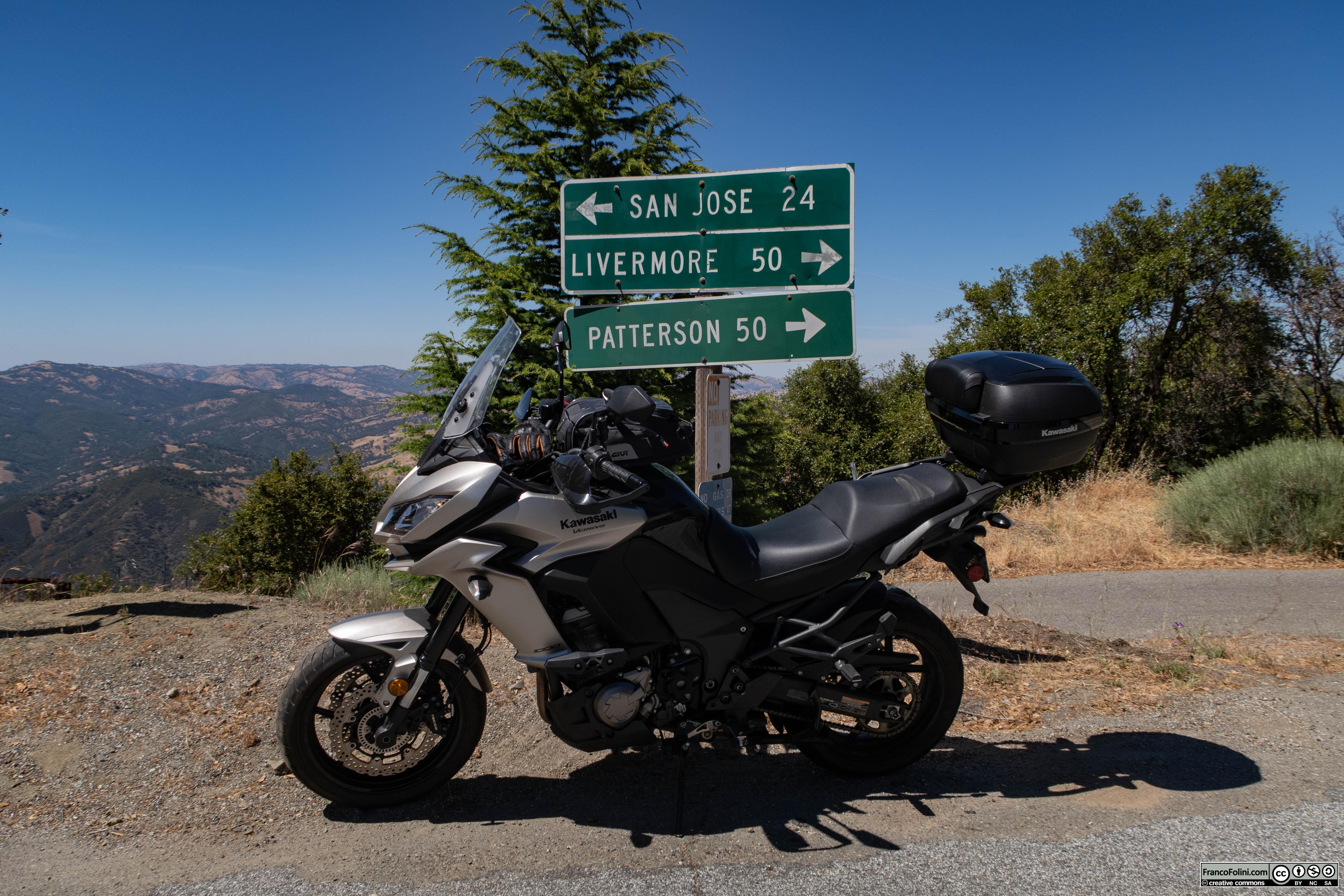 Dall'osservatorio astronomico Lick si può scendere verso San Jose lungo una ripida strada a tornanti o dirigersi verso Livermore lungo 70 km di terreno selvaggio e completamente disabitato.