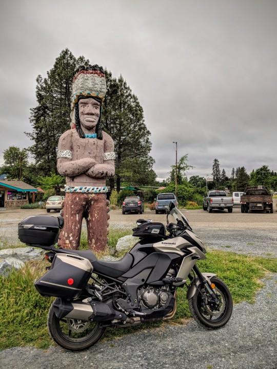Statua di un capo indiano che segnala il piccolo ristorante a conduzione familiare Big Chief // Draft Punk a Laytonville, California.