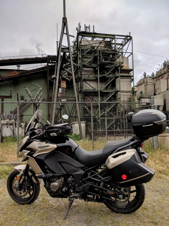 La cittadina di Scotia, California, e' da sempre specializzata nella lavorazione del legname estratto dalle vastissime foreste della zona. Questo e' un impianto industriale per la lavorazione del legno. Kawasaki Versys 1000 LT in primo piano.