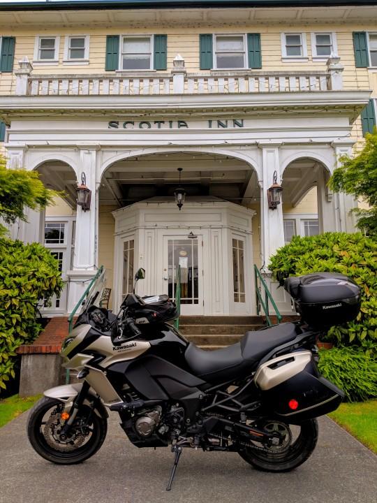 Scotia, California, e' una cittadina di boscaioli con alcuni pregevoli edifici. Tra questi lo Scotia Inn, un hotel che ha chiuso i battenti da pochi anni. Kawasaki Versys 1000 LT in primo piano.