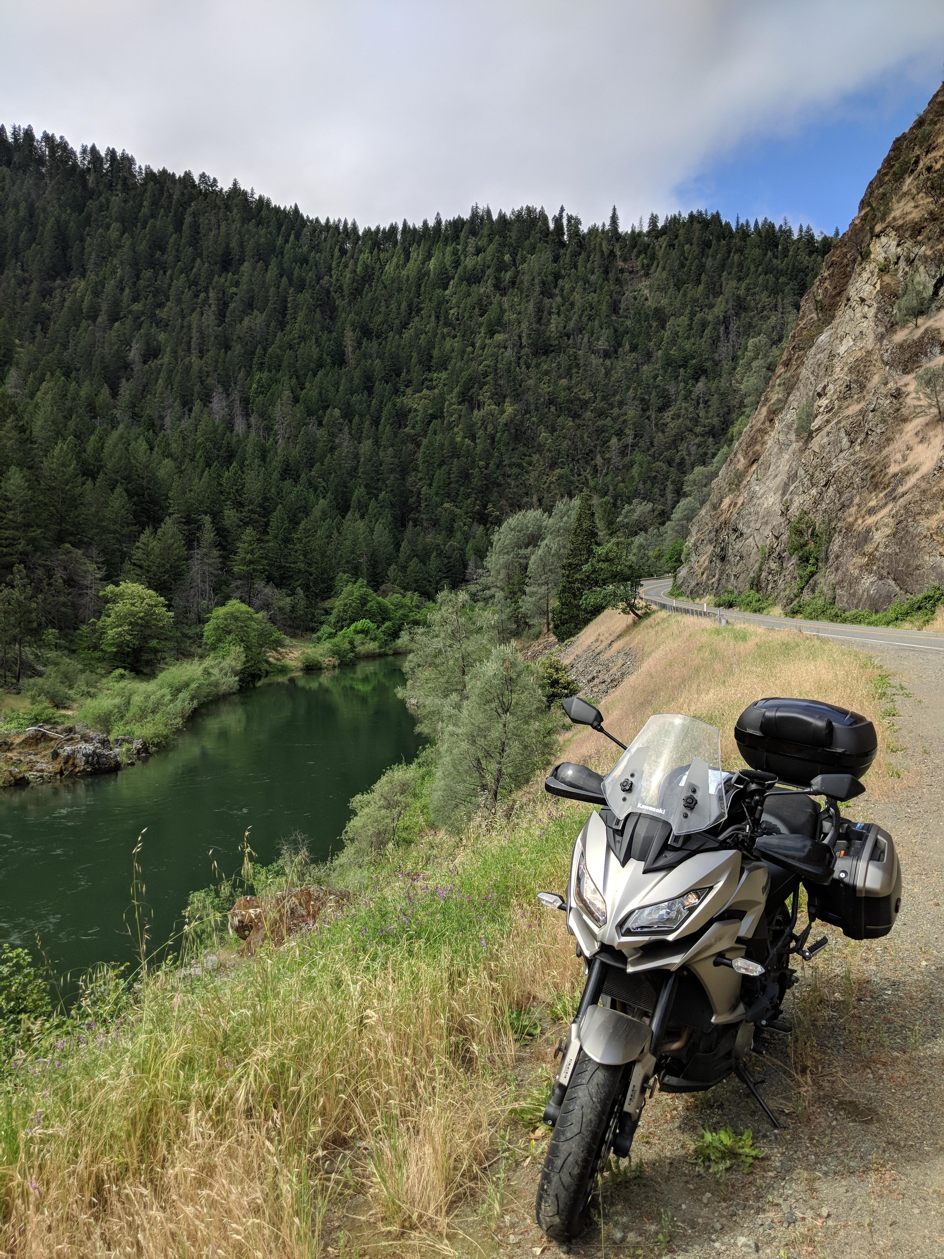 La Road 299 attraversa foreste e vallate completamente disabitate con un susseguirsi di curve per la delizia dei motociclisti che hanno la fortuna di percorrerla.