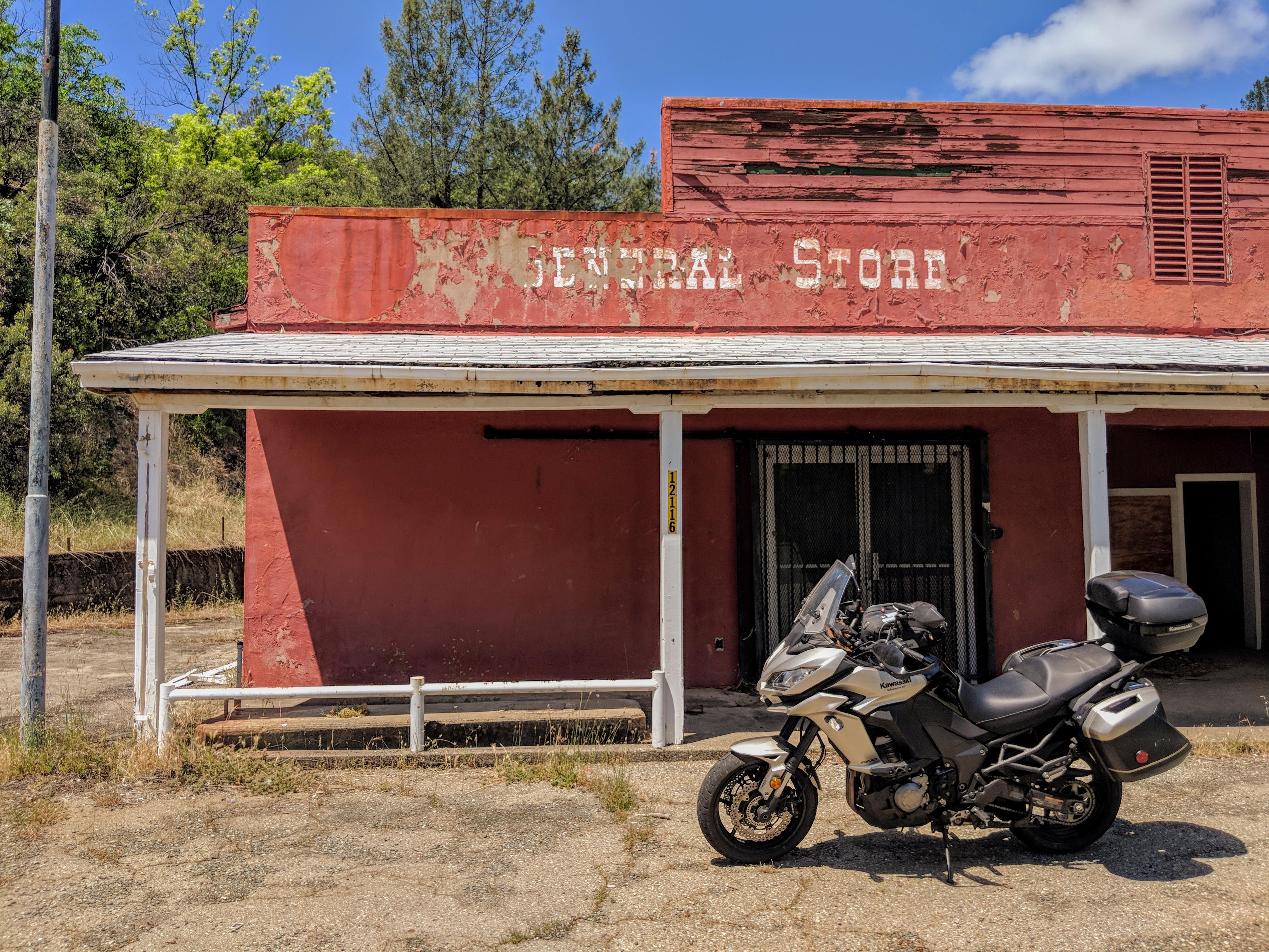 Vecchio saloon abbandonato nei pressi del lago di Whiskeytown.