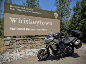 Il cartello che annuncia l'ingresso nel parco nazionale di Wiskeytown (Whiskeytown-Shasta-Trinity National Recreation Area). Non c'e' alcun wiskey.