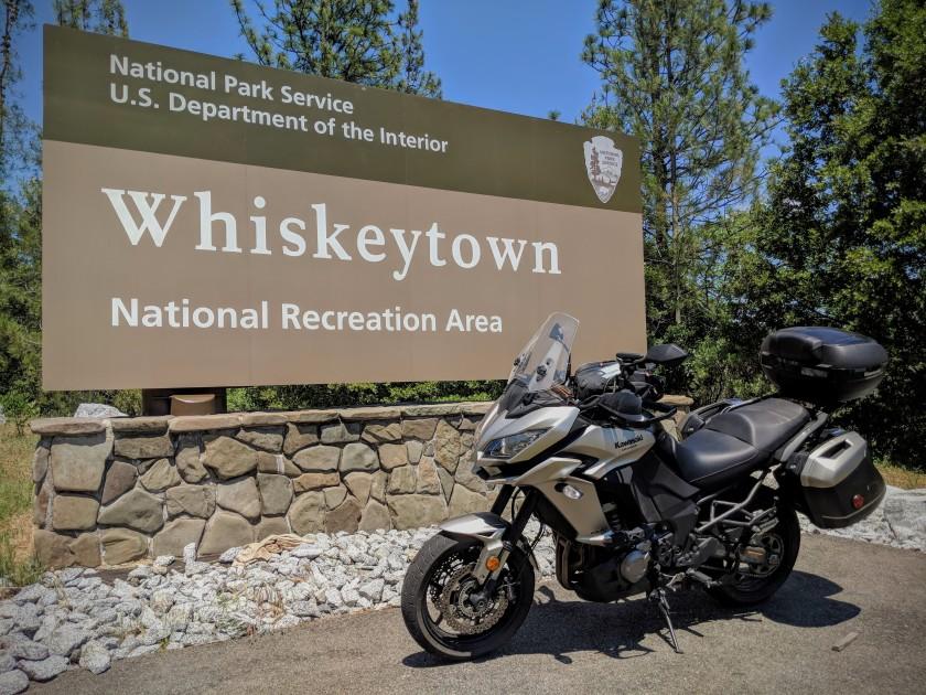 Il cartello che annuncia l'ingresso nel parco nazionale di Whiskeytown (Whiskeytown-Shasta-Trinity National Recreation Area). Non c'e' alcun wiskey.