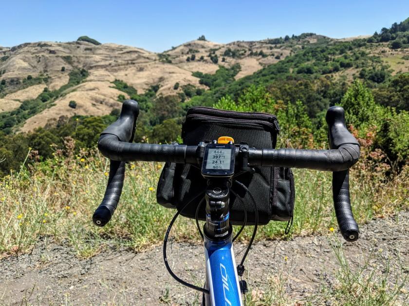 Vista del Sibley Volcanic Regional Preserve dal Grizzly Peak Boulevard. Questa strada percorre le colline in direzione nord-sud mantenendosi sullo spartiacque e offrendo numerose viste spettacolari sulla baia di San Francisco.