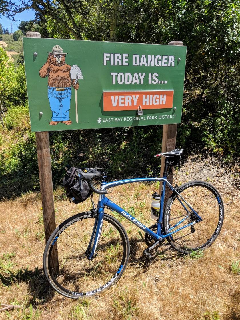 Il cartello che segnala il livello di pericolo d'incendi all'imbocco della South Park Road nel Tilden Park sulle colline di Berkeley