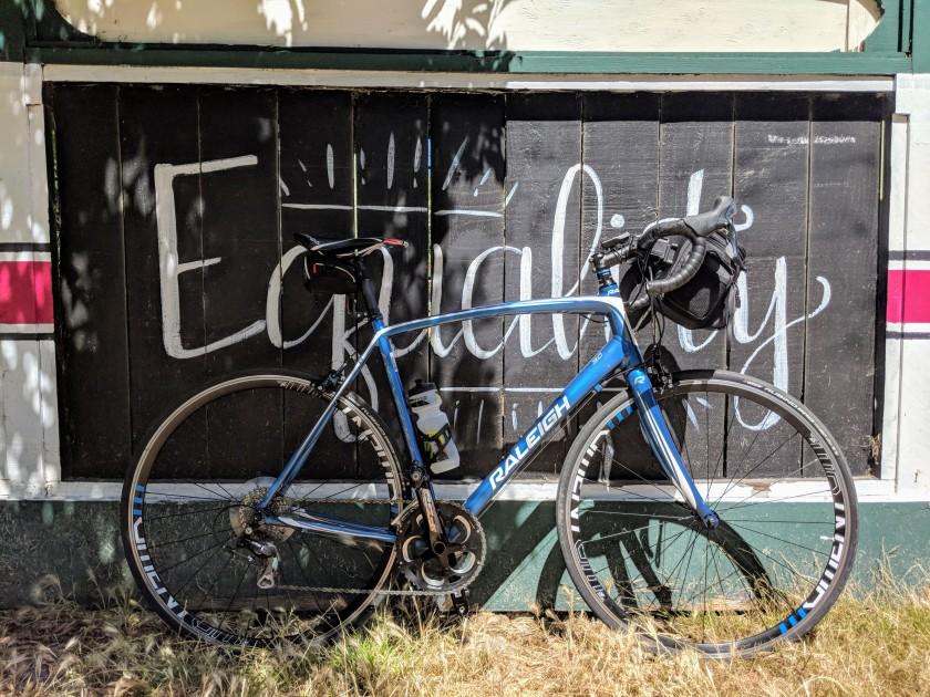 Uno dei tanti murali dipinti sulla staccionata che delimina la pista ciclabile Ohlone Greenway tra El cerrito e Berkeley.